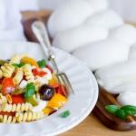 Fusilli ai tre peperoni, treccione di mozzarella, olive monacali e acciughe