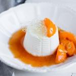 Ricotta con cuore di confettura all' albicocca, albicocche caramellate, salsa al miele e rum